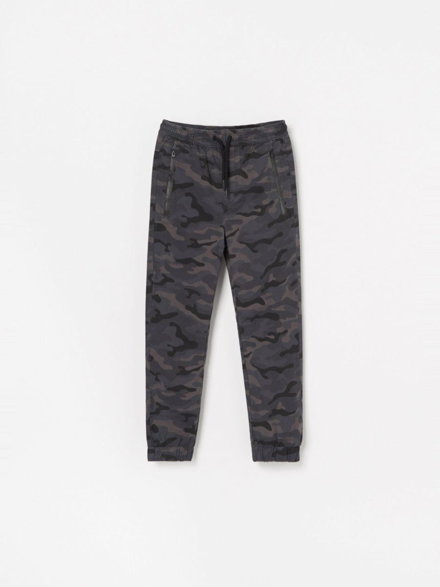 5941fa1f3 Nakupujte online! Maskáčové jogger nohavice, RESERVED, WL203-99X